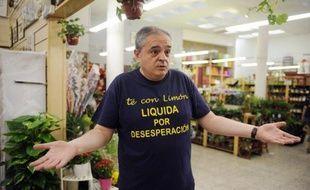 Chute des ventes, hausse d'impôts, moral des consommateurs en berne : depuis le début de la crise, des dizaines de milliers de boutiques ont fermé en Espagne. Le bazar de Cesar Calle, en plein quartier populaire de Madrid, n'est pas épargné.
