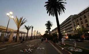 Des gens déposent des fleurs sur la promenade des Anglais à Nice le 18 juillet 2016