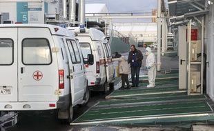 Une ambulance arrive dans un hôpital de Moscou en Russie.