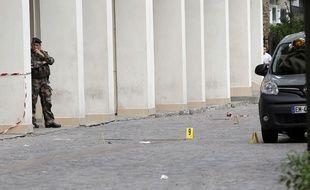 Un soldat se tient à proximité du lieu de l'attaque d'un groupe de militaires Sentinelle à Levallois-Perret, le 9 août 2017.