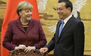La chancelière allemande Angela Merkel (g) et le Premier ministre chinois Li Keqiang, à Pékin le 29 octobre 2015