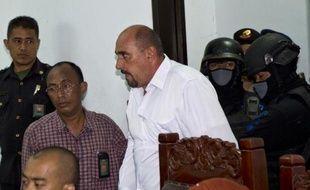 Le Français Serge Atlaoui (d), condamné à mort en Indonésie pour trafic de drogue, arrive au tribunal de Tangerang, près de Jakarta, le 1er avril 2015