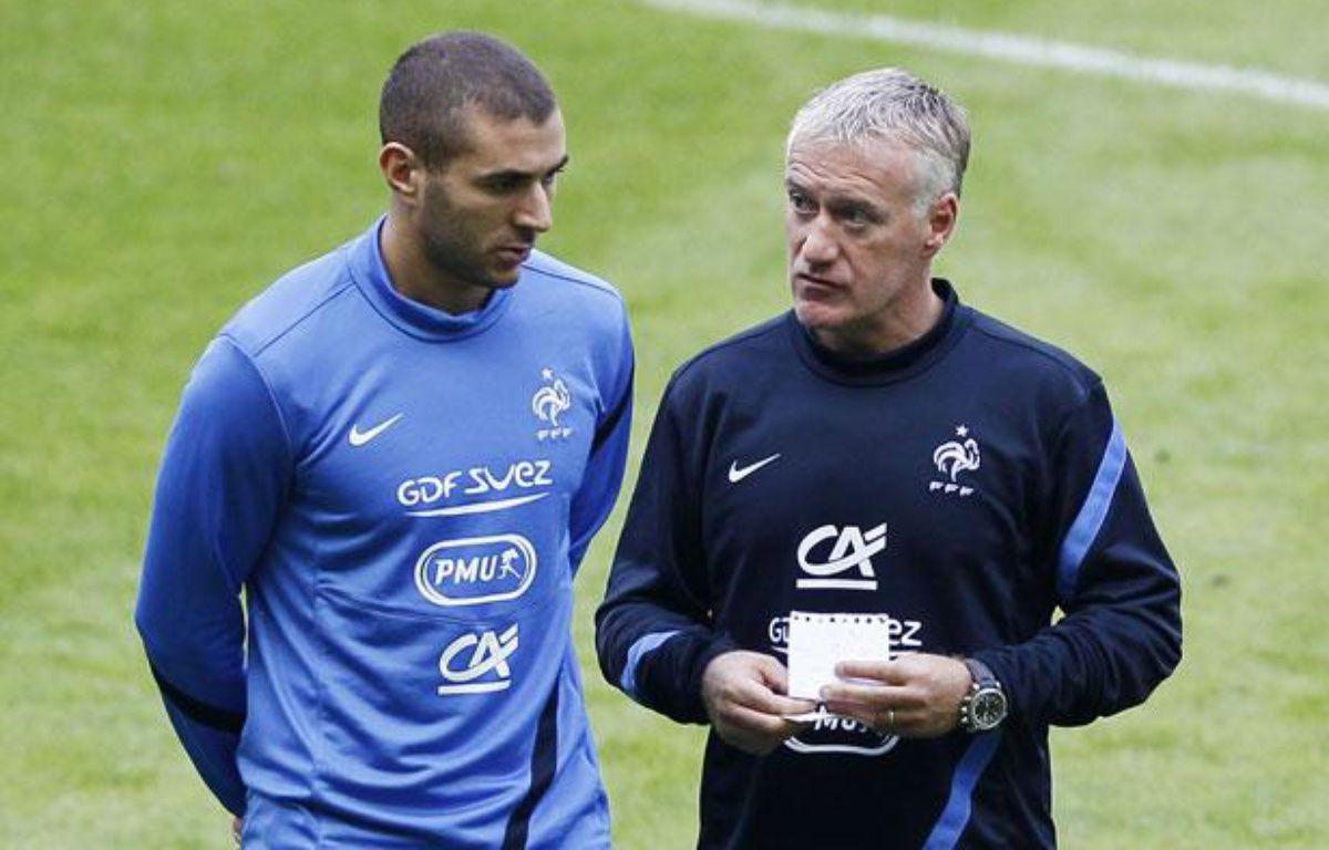 L'attaquant de l'équipe de France, Karim Benzema (à g.) avec Didier Deschamps, lors d'un entraînement au Stade de France, le 10 septembre 2012. – REUTERS