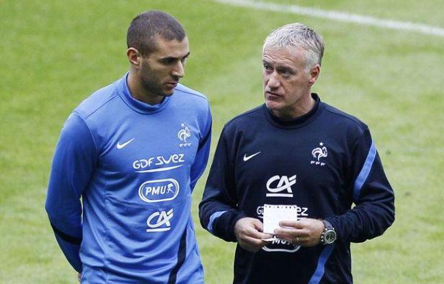 L'attaquant de l'équipe de France, Karim Benzema (à g.) avec Didier Deschamps, lors d'un entraînement au Stade de France, le 10 septembre 2012.