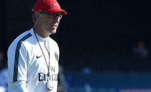 L'entraîneur du PSG Laurent Blanc en train de diriger une séance d'entraînement lors d'un stage à Marrakech, le 28 décembre 2014.