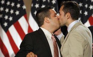 Jeff Zarrillo (à gauche) et son ami Paul Katami s'embrassent lors d'une conférence de presse à San Francisco pour fêter la décision de justice le 4 août 2010 qui rend illégale l'interdiction du mariage gay.
