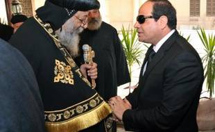 Photo fournie par la présidence égyptienne du président Abdel Fattah al-Sissi présentant ses condoléances au patriarche copte Tawadros II à la cathédrale du Caire le 16 février 2015