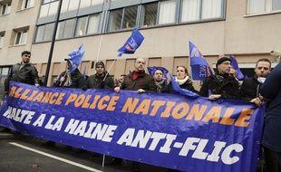 Des membres du syndicat Alliance Police Nationale manifestent devant le commissariat de Champigny-sur-Marne le 2 janvier 2018.