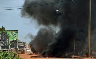 Des Burkinabés brûlent des pneus, le 17 septembre 2015 à Ouagadougou, après l'annonce d'un coup d'Etat