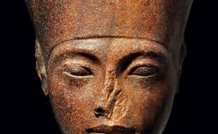 La vente aux enchères du portrait sculpté du pharaon Toutankhamon, jeudi à Londres, a provoqué la colère du Caire, qui a demandé à Interpol de retrouver le masque.