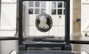 Vingt diamants ornent le médaillon à l'effigie de Louis XIV.