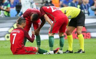 Ronaldo réconforté par ses coéquipiers, qui lui ont offert ensuite la victoire qu'il attendait tant dans cet Euro 2016.