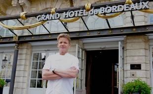 Le Chef Gordon Ramsay devant le Grand Hôtel de Bordeaux qui abrite le Pressoir d'Argent.