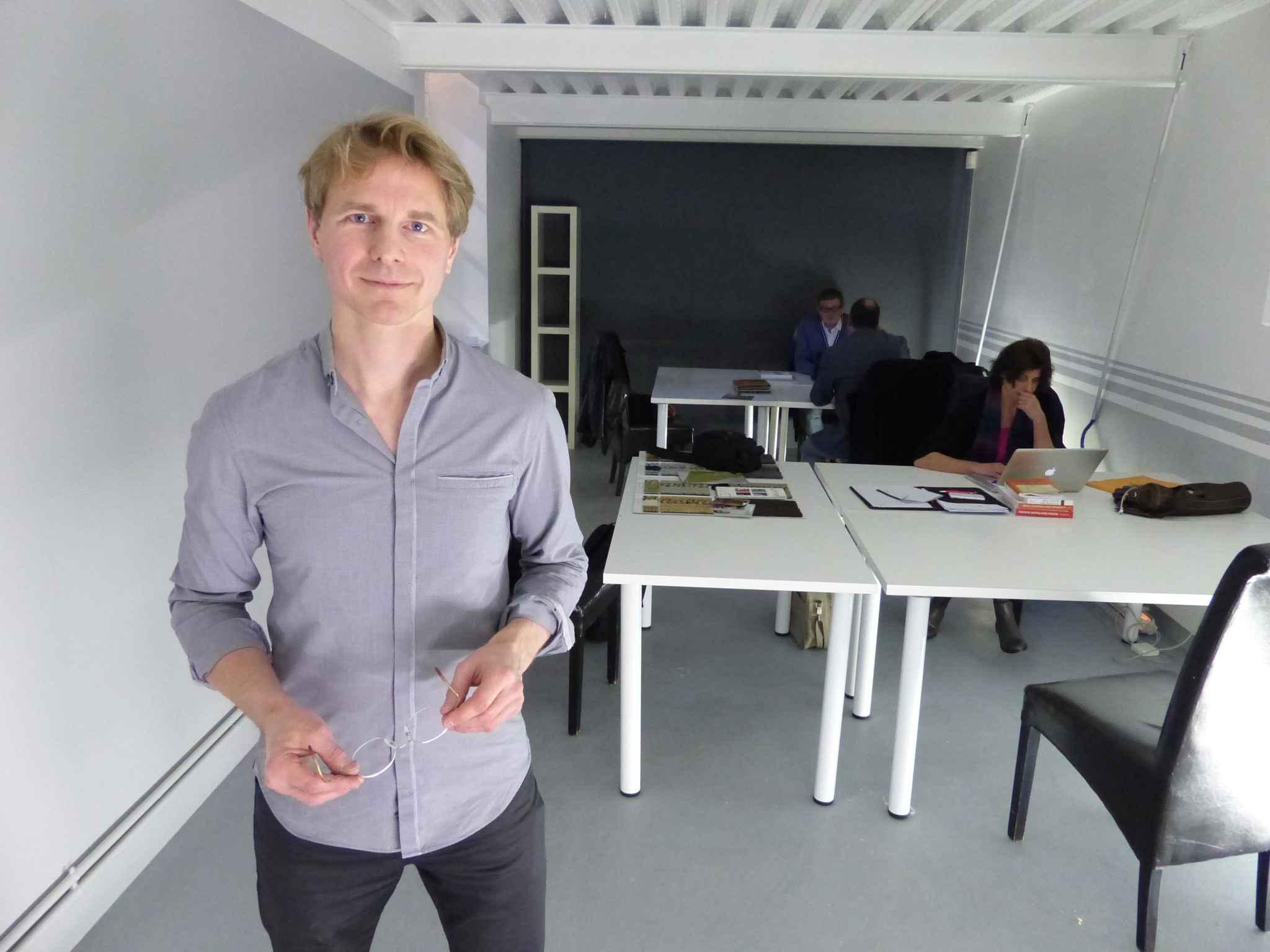 paris mon premier bureau du coworking solidaire pour les cr ateurs de start up sans le sous. Black Bedroom Furniture Sets. Home Design Ideas