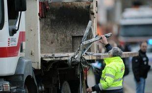 Le camion-benne incriminé dans l'accident meurtrier avec un car scolaire, le 11 février 2016, à Rochefort, en Charente-Maritime