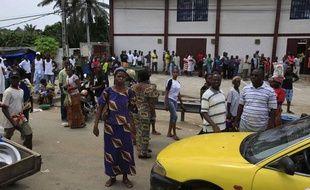 Des Abidjanais font la queue pour entrer dans un supermarché, dans le quartier de Cocody, à Abidjan, le 13 avril 2011.
