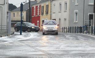 Epaisse couche de verglas sur certains carrefours (ici à Bouguenais).
