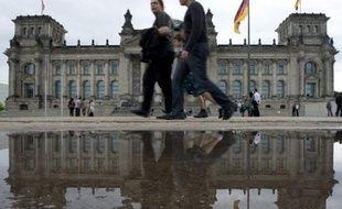 Les juges suprêmes allemands ont poursuivi mardi leur croisade pour renforcer le pouvoir du parlement en matière d'Europe, avec un verdict sans effet sur l'adoption en cours des mécanismes de sauvetage mais encadrant une future intégration européenne.