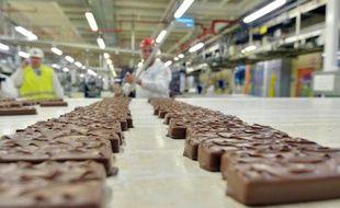 Des employés du groupe Mars travaillant sur les barres chocolatées le 19 juin 2014 à Haguenay dans l'est de la France