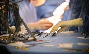 Chirurgiens des cliniques et internes des hôpitaux publics, qui se disent déconsidérés par le gouvernement et récusent l'accord sur les dépassements d'honoraires, ont entamé une grève illimitée lundi, entraînant la fermeture de nombreux blocs opératoires.