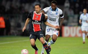 Nenê du PSG dans un duel avec Georges Mandjeck d'Auxerre pendnt le match Auxerre-PSG de la 32e journée de Ligue1 le 15 avril 2012 au stade Abbe Deschamps.