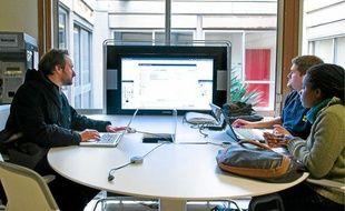 Le Médiascape, une table avec écran géant où peuvent se connecter six PC, coûte entre 13000et 15000euros.