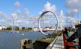 Le pont, tel qu'il pourrait être vu de puis le Hangar à bananes. Au-dessus du fleuve, en rouge, la nacelle en mouvement.