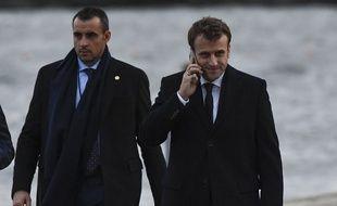 Emmanuel Macron au téléphone (illustration).