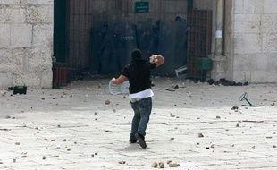 Un jeune palestinien lance une pierre en direction de la police israélienne, près de la mosquée d'Al-Aqsa, vendredi 5mars 2010.