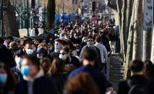 Des promeneurs sur les quais de Seine à Paris, le 28 février.