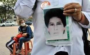 La colombienne Rosa Milena Cardenas, montre une photo de sa soeur, Mary Luz Portela, l'une des victimes  du massacre de la prise du Palais de justice de Bogota, qui a été identifiée, le 20 octobre 2015 à Bogota