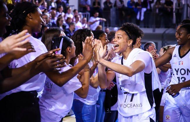 Alysha Clark célèbre avec les supporters lyonnais un succès durant la finale du championnat de France contre Montpellier.