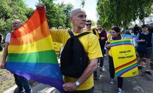 Une centaine de militants des droits des homosexuels ont défilé samedi sous haute protection policière à Kiev, la capitale de l'Ukraine, lors de la première gay pride jamais organisée dans cette ex-république soviétique où l'homophobie reste très répandue.