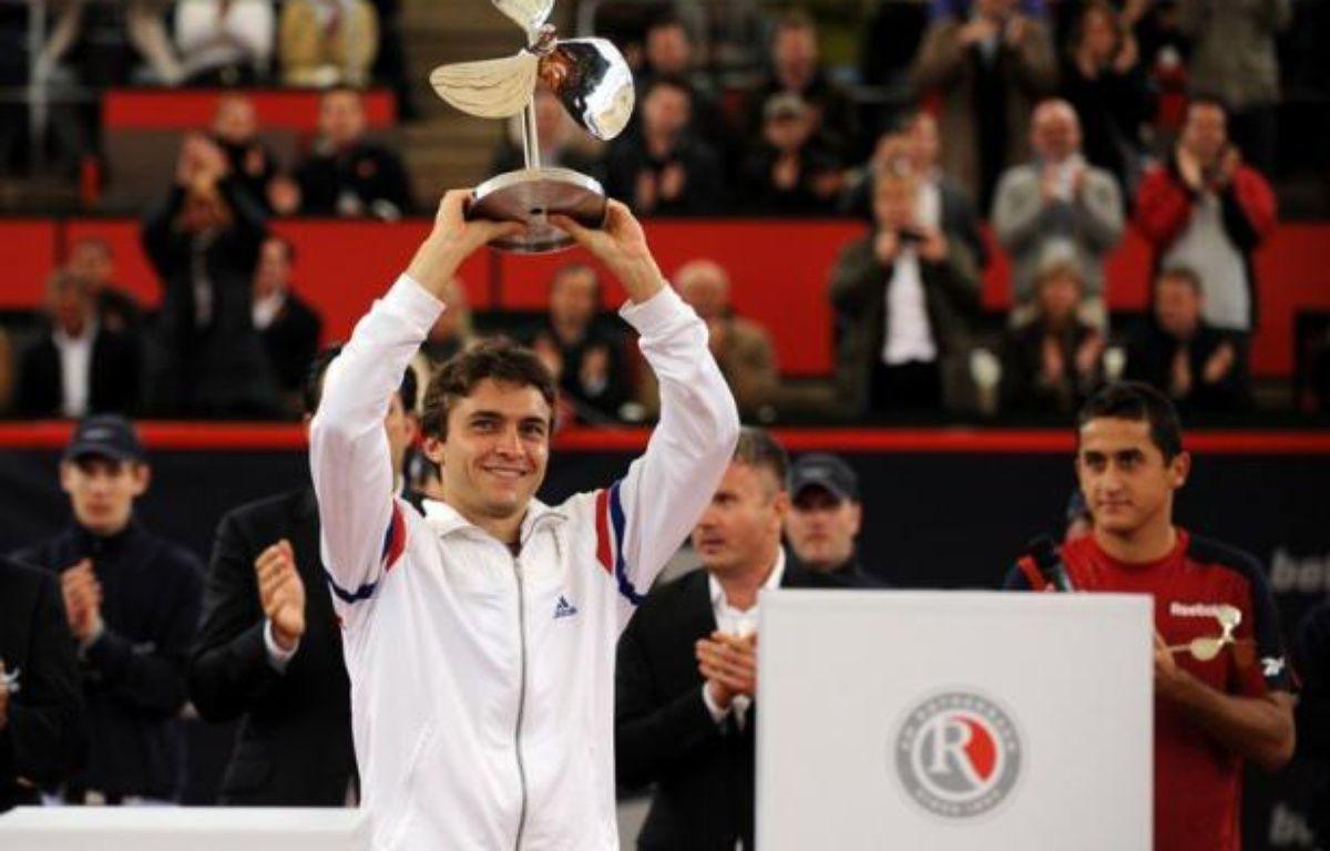 Gilles Simon, 12e joueur mondial, débutera la défense de son titre face à l'Argentin Carlos Berlocq au tournoi ATP sur terre battue de Hambourg, qui débute lundi et où son compatriote Gaël Monfils ne fait pas son retour comme annoncé initialement par les organisateurs allemands. – Angelika Warmuth afp.com