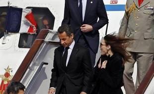 Nicolas Sarkozy et Carla Bruni sont arrivés à l'aéroport de Pékin, mercredi 28 avril 2010.