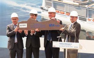 Les dirigeants de MSC et de STX brandissent la première tôle du paquebot Meraviglia.