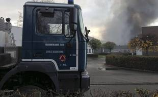Intervention des pompiers à Bruxelles (Belgique) après l'incendie d'une usine de gaufres, le 23 novembre 2017.