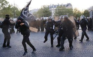 Les forces de l'ordre ont tenté de disperser les militants antifas.  / AFP PHOTO / THOMAS SAMSON