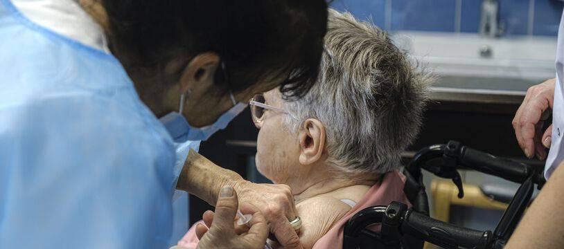 Les Ehpad appellent le gouvernement à sécuriser des doses de vaccin anti-Covid pour assurer dans les prochains mois la vaccination des nouveaux résidents.