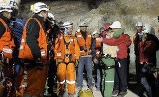 Le deuxième mineur chilien salué par le président Sebastian Pinera, à sa sortie de la mine, mercredi 13 octobre 2010.