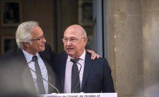 Francois Rebsamen et Michel Sapin au ministère du Travail pour la passation de pouvoirs le 3 avril 2014 à Paris