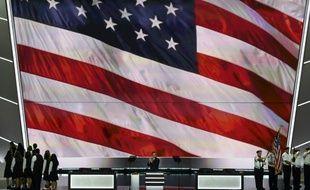 Des anciens combattants tiennent le drapeau américain sur la scène de la convention républicaine à Cleveland le 18 juillet 2016