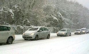 Voitures bloquées sous la neige à Velizy (78), le 8 décembre 2010.