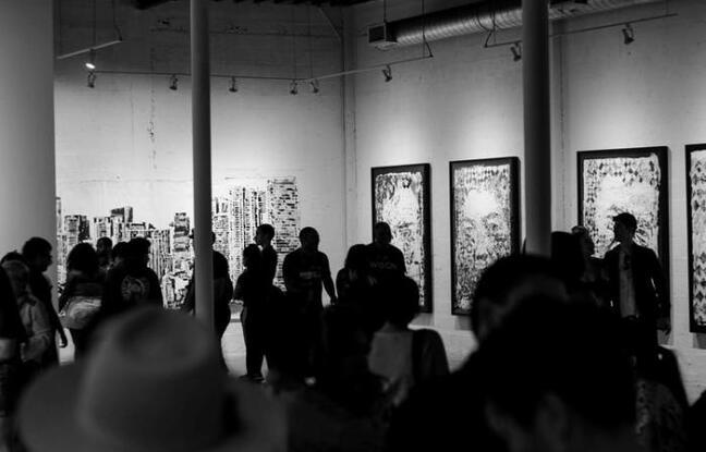 Photo non-contractuelle d'un vernissage dans une galerie d'art