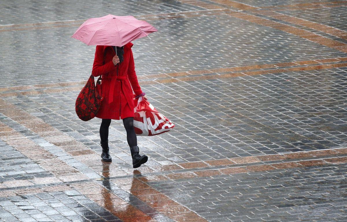 Lille, le 29 janvier 2013. Une jeune fille marche sous la pluie.  – M.LIBERT/20 MINUTES