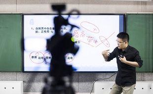 Liu Jie, tuteur chinois de physique, donne des cours en ligne pour des élèves du secondaire qui préparent le «gaokao», l'examen chinois d'entrée à l'université, le 26 avril 2016 à Pékin.