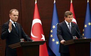 Le Premier ministre turc Ahmet Davutoglu (D) et le président du Conseil européen Donald Tusk (G) lors d'une conférence de presse après une réunion à Ankara le 3 mars 2016
