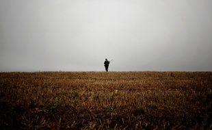 Photo d'illustration d'un homme armé dans un champ.