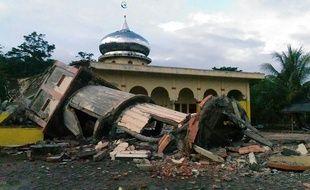 Le minaret effondré d'une mosquée à Pidie, dans la province d'Aceh en Indonésie, après un tremblement de terre le 7 décembre 2016.