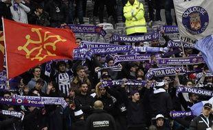 Les Indians Tolosa 93 ambiancent le Stadium de Toulouse depuis le virage Brice-Taton.
